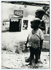 photographie Afrique ethnies enfants devant une boutique 1960 Africa photo