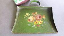 Ancienne ramasse miettes style EMPIRE en tôle verte à décor floral.