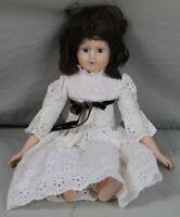 Porzellankopf Puppe mit dunklen Haaren & weißem Spitzenkleid - Sammlerpuppe /348