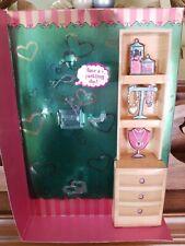 Muñeca Barbie Tarina Tarantino fondo para mostrar pecho de cartón con joyas