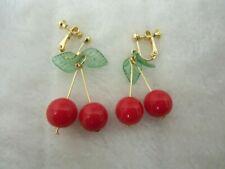 Boucles d'oreilles deux 2 cerises rouges feuilles vertes oreilles non percées