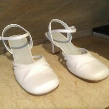 PAYLESS SHOES WHITE LASHES SIZE 7.5 CLOSED TOE HEELS FABRIC