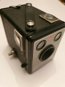 VINTAGE KODAK CAMERA BROWNIE MODEL I WITH NICE CASE EARLY 20 TH. 1957 - 1960 .