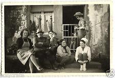 Photo ancienne portrait de famille devant la maison - an. 1950