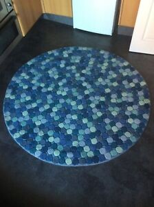 CIRCULAR RUG  5FT. DIAM. TOP QUALITY,  TEXTURED, THICK, WOOL....FREE DELIVERY.