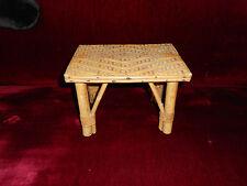 Jouet VINTAGE table en rotin  ou petit banc de poupée