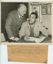 Original 1945 Press Photo Joe Louis Signs Boxing Contract Heavyweight Belt Fight