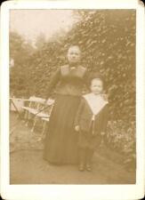 CDV anonyme femme avec enfant extérieur chaise table mode haie vers 1890