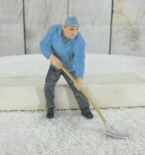 G-SCALE / A MAN WORKING WITH A SHOVEL