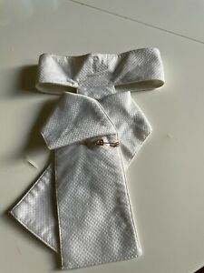 1 White Pre-tied stock tie (L) and 2 pins (Gold Horse shoe, Bit and horse head)