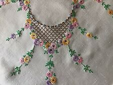 BEAUTIFUL VINTAGE LINEN HAND EMBROIDERED TABLECLOTH~TRAILING DAISIES/LACE TRIM