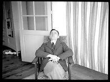 Homme assis fauteuil regard au plafond - Ancien négatif photo an. 1930