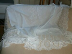 Gorgeous vinyl plastic white  lace tablecloth wipe clean use both sides RP£15