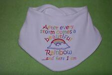 Dopo ogni tempesta viene fornito BELLISSIMO Rainbow ECCOMI Bavaglino ricamato baby Bandana