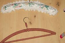 Konvolut G 10 Stück umhäkelte und stoffüberzogene Kleiderbügel Vintage