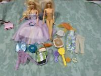 lot=2 barbies sacs ,vétements =17piéces