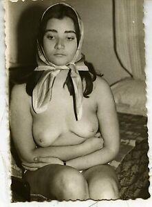 Akt junge hübsche Frau nackt nur mit Kopftuch künstlerisch  Vintage c. 1955