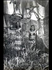 TAHITI (POLYNESIE) FEMMES & FILETS de PECHE / Carte-Photo Studio MACKENZIE 1957