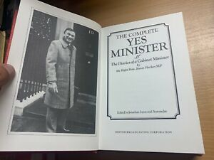 """1984 """"THE COMPLETE 'YES MINISTER'"""" LARGE FICTION BBC COMEDY HARDBACK BOOK (P5)"""