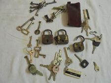 Alte Vorhängeschlösser und Schlüssel