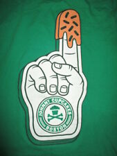 BOSTON CELTICS Finger JOHNNY - CUPCAKES Brand BAKED - BOSTON, MA (MED) T-Shirt