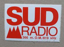 AUTOCOLLANT RADIO - SUD RADIO 366 M - OM/819 KHZ  *