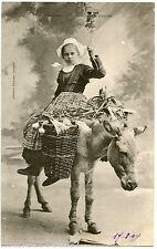 FINISTèRE . JEUNE FILLE. COSTUMES BRETONS. ELLIANT . En route pour le marché.âne