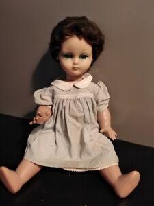 poupée Bella yeux mobiles et qui doit parler mais se tait ...