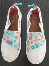 NEW Toms beige shoes adj. with floral turquoise detail Sz  Y 5.5 Retail $50