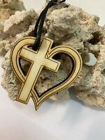 Schlüsselanhänger aus Holz 'Kreuz mit Herz' graviert  - Lasergravur