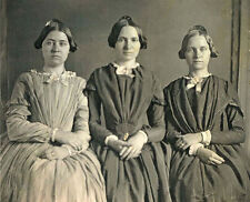 EARLY 1/6 PLATE DAGUERREOTYPE PHOTO PORTRAIT OF THREE YOUNG WOMEN, SISTERS
