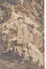 A5603) FOTOGRAFIA DI ALPINO CON CAPPELLO E UNIFORME DI MARCIA MODELLO 1910.