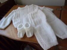 pull tricote main  blanc de   3 a 6 mois +chaussons + pantalon