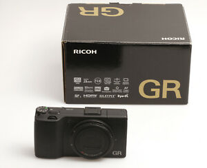 Ricoh GR mit 2,8/18,3 mm Objektiv (entspricht 28mm) und 16,2 Megapixel