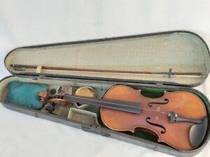 Alte Geige mit Geigenbogen im Geigenkasten