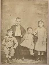 Enfants posent dans le studio du Photographe France Photo Vintage Albumine