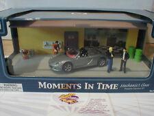 Moments in Time # Mechanics Class - Porsche Carrera im Diorama m. Figuren 1:43