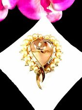 1953 CROWN TRIFARI PHILIPPE GOLDTONE FAUX PEARL BAGUETTE RHINESTONE HEART BROOCH