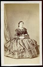 photo cdv Ulric Grob. femme avec un album photo. bourgeoisie.noblesse. vers 1860