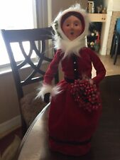 Byers Choice Carolers Lady In Red Dress Holding Wreath - 13�