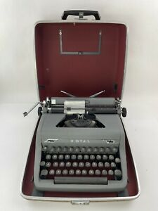 VINTAGE 1950'S ROYAL QUIET DELUXE MANUAL PORTABLE TYPEWRITER WITH CASE