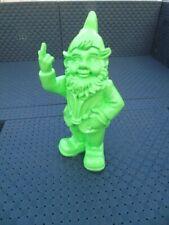 NAIN au doigt d honneur vert fluo , statue d un nain de jardin . nouveau  !