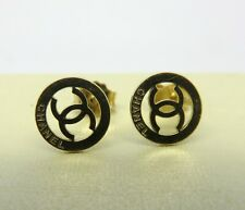 LAYBY 18CT CHANEL LOGO STUD EARRINGS. YELLOW GOLD