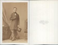 Disdéri, Paris, Homme mûr en redingote, tenant un chapeau haut-de-forme, circa 1