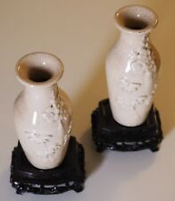 2 vases en porcelaine à glaçure blanche, décor floral