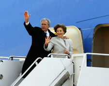 GEORGE W. BUSH & LAURA BOARD AIR FORCE ONE FOR LAST TIME - 8X10 PHOTO (EP-630)