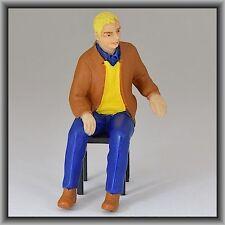 Dingler Handbemalte Figur Polyresin Spur 1 Mann sitzend braune Jacke (100214-01)