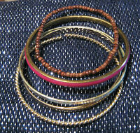5x assorted bangles and bracelets.  Very pretty.