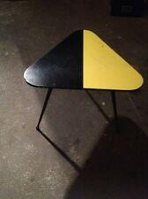 Stella table basse 50'strépiedplateau triangulaire en formica jaune & noir