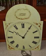 altes Uhrwerk mit Schild für eine Standuhr